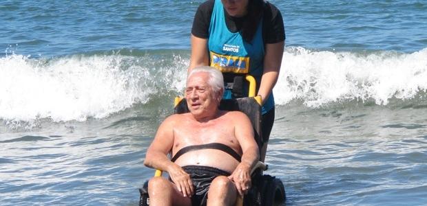 Praia Acessível começa a funcionar nesta sexta-feira em Santos, SP