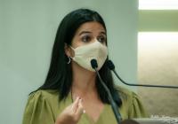 Audrey cobra uma solução para a questão sobre o câncer